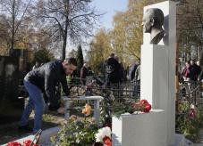 На Троекуровском кладбище открыли памятник Михаилу Ненашеву